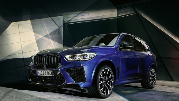 BMW X5 M Automobile in blau