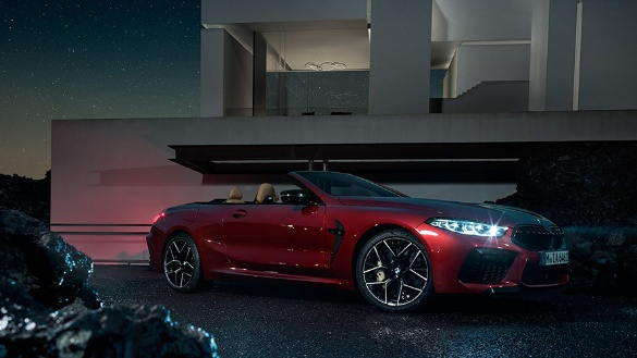 BMW 8er Cabriolet M Automobile in rot bei nacht
