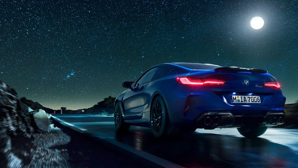 BMW 8er Coupé M Automobile in blau bei nacht